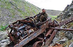 Потомственный тракторист Леха Торейкин на достопримечательности Оленьего ручья