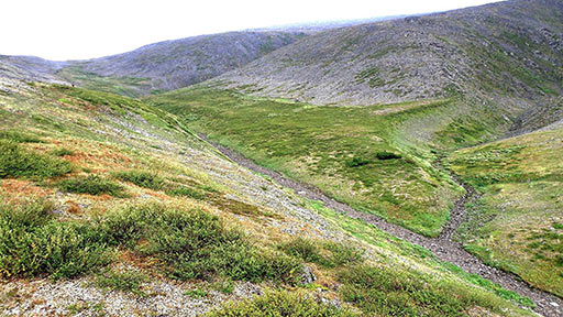 Спуск тропы в «Хрустальную долину» по склону справа