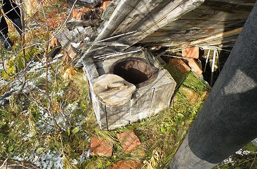 Так были оборудованы туалеты над выгребными ямами в последних харбейских жилых домах