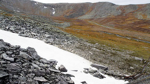 Участок месторождения Подснежное. Подъем тропы справа по краю кара