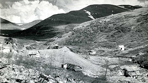 Горный участок Харбейского м-ния в 1961 году. В центре - баня у устья штольни N4