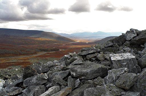 Геологические наблюдения. Вид на Райиз с подножья г. Пендирмапэ. Глыбы хрусталеносных пород