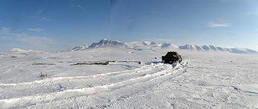 Вид с позиции локатора. Фундамент ДЭС. Правее транспортера торчат из снега пулеметные ячейки. 2012 г