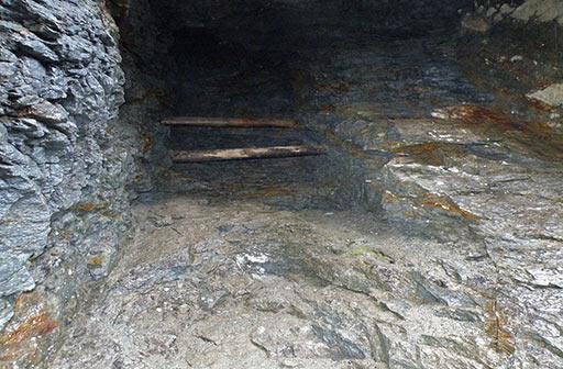 Восстающий проходившийся из штрека по жиле Новая. Штрек оказался на поверхности после выемки руды и обрушения кровли