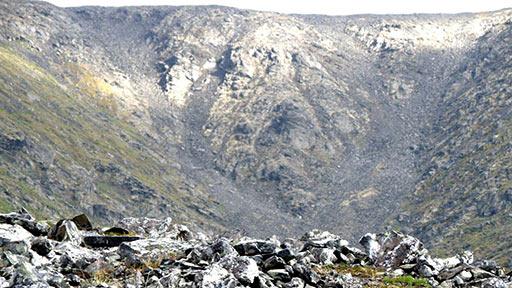 Залегание горных пород в руч. Левый и развал кварцевого жильного поля