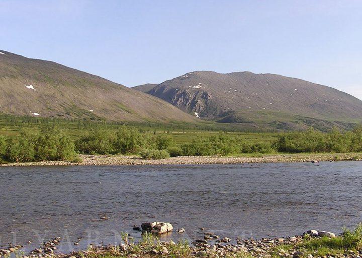 Река на фоне окончания Пайпудынского хребта